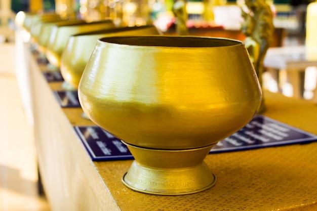 Almosen des buddhistischen goldenen mönchs