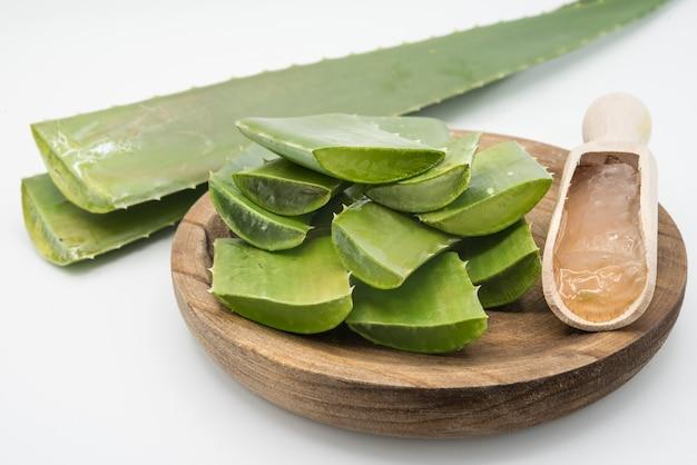Aloe vera blätter und ein glas aloe vera saft