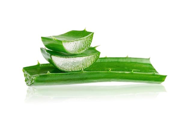 Aloe vera blatt auf weißem hintergrund. körper- und haarpflegekonzept