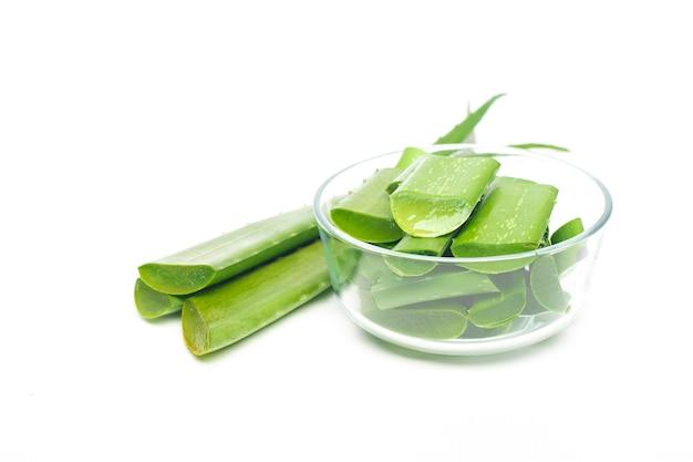 Aloe vera-blatt auf weißem hintergrund, konzept der gesunden ernährung