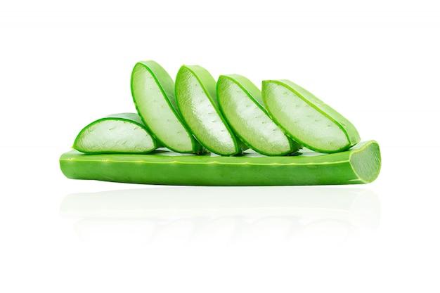 Aloe vera frisch isoliert. eine sehr nützliche kräutermedizin für die hautpflege und haarpflege.