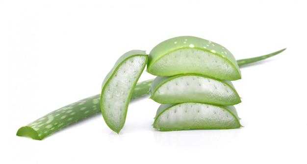 Aloe vera frisches blatt. isoliert über weiß