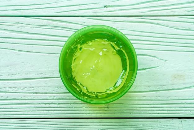 Aloe vera gel mit aloe auf holz geschnitten