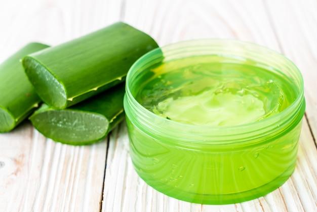 Aloe vera gel mit aloe in scheiben geschnitten