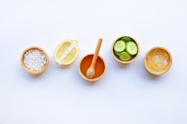 Aloe vera gel, zitrone, gurke, salz, honig. natürliche selbst gemachte hautpflege auf weiß
