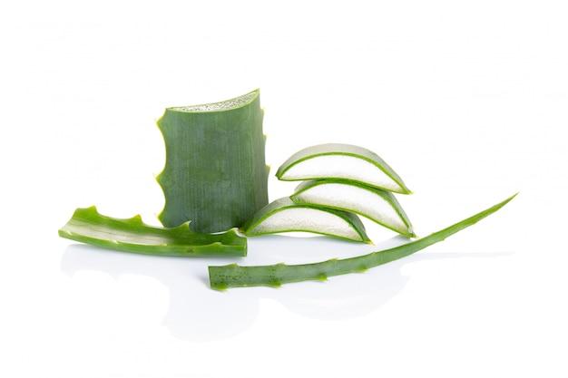 Aloe vera getrennt auf weiß. natürliche hautpflegeprodukte