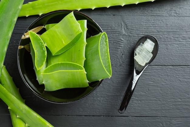 Aloe vera kosmetikcreme auf dunkler oberfläche