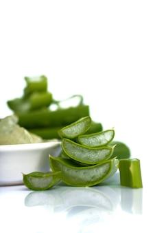 Aloe vera scheiben und aloe vera gel in eine schüssel geben. aloe vera ist ein sehr nützliches kräutermedikament für die haut- und haarpflege.