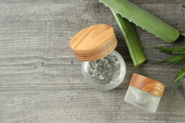 Aloe vera und gel auf grau strukturiertem tisch