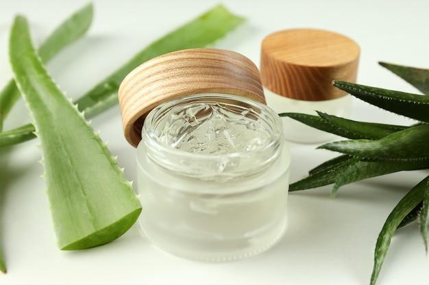 Aloe vera und kosmetik auf weißem hintergrund