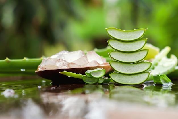 Aloevera-produktgel auf hölzernem hintergrund