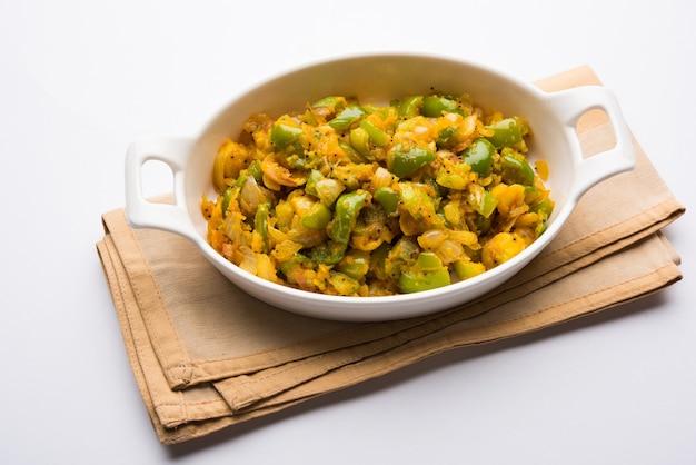 Aloo capsicum sabzi oder kartoffel-paprika-sabji ist ein indisches vegetarisches rezept für ein hauptgericht