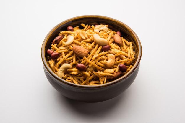 Aloo chivda oder kartoffel chiwda oder falahari chivda