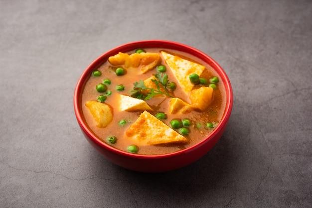 Aloo matar paneer rezept aus indien aus grünen kartoffelerbsen mit hüttenkäse in scharfem curry