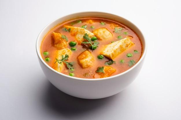 Aloo matar paneer rezept aus indien mit kartoffelgrünerbsen mit hüttenkäse in scharfem curry gekocht. selektive fokussierung