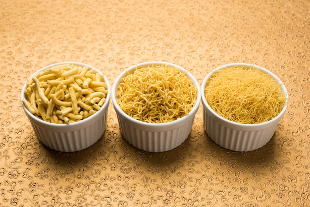 Aloo sev oder namkeen snack wird aus kartoffelpüree, kichererbsenmehl und gewürzen hergestellt, selektiver fokus
