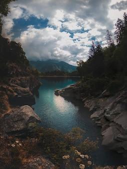 Alpenpanorama mit türkisfarbenem see