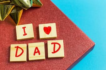 Alphabet auf kleinem Teller auf blauem Hintergrund für den Vatertag