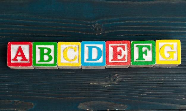 Alphabet blockiert abc auf holztisch.