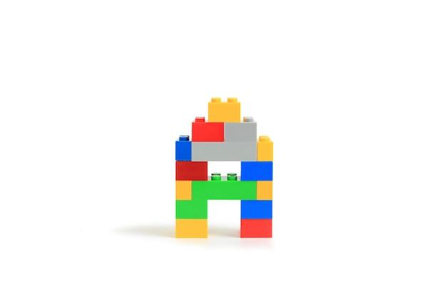 Alphabet buchstaben a aus bunten kunststoff-brick block konstruktor isoliert auf weißem hintergrund