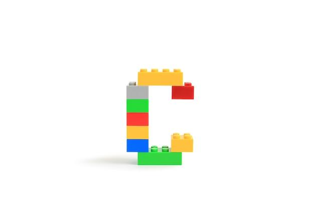 Alphabet buchstaben c aus bunten kunststoff-brick block konstruktor isoliert auf weißem hintergrund
