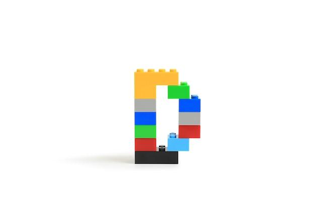 Alphabet buchstaben d aus bunten kunststoff-brick block konstruktor isoliert auf weißem hintergrund