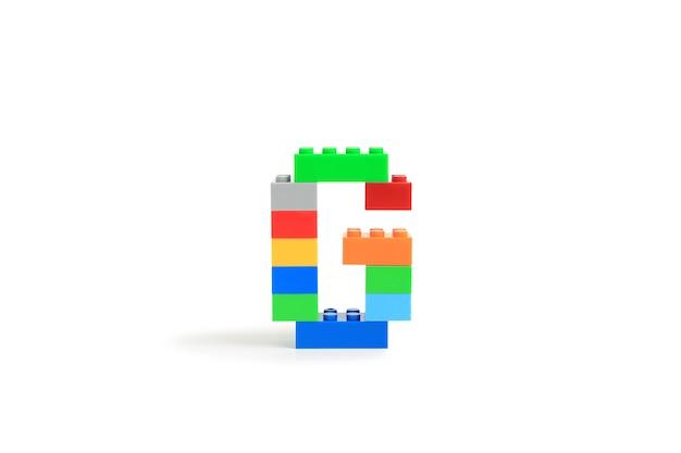 Alphabet buchstaben g aus bunten kunststoff-brick block konstruktor isoliert auf weißem hintergrund