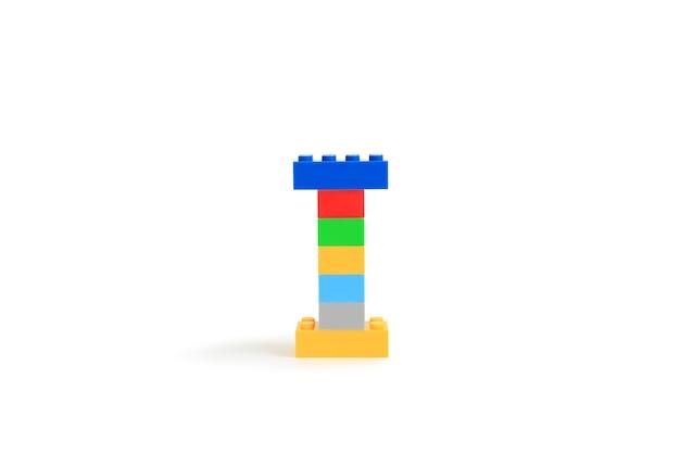 Alphabet buchstaben i aus bunten kunststoff-brick block konstruktor isoliert auf weißem hintergrund