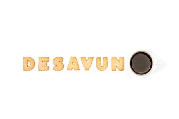 Alphabet buchstaben kekse und eine tasse kaffee
