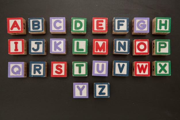 Alphabetblöcke auf tafel