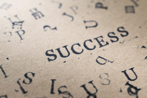 Alphabetbuchstabe-worterfolg vom stempel beschriftet guss auf papier für erfolgskonzepthintergrund