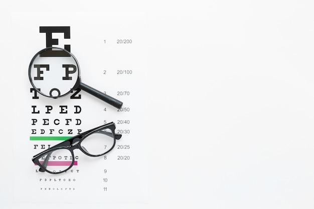 Alphabettabelle mit vergrößerungsglas und gläsern