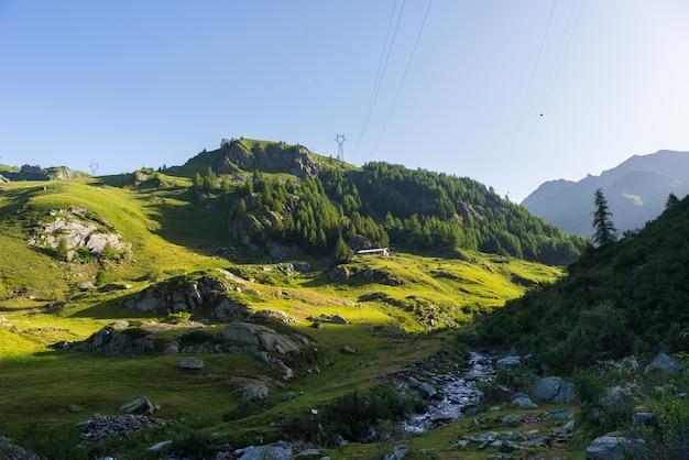 Alpine landschaft bei sonnenaufgang in der sommerzeit