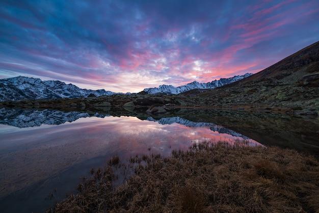 Alpiner see der großen höhe, reflexionen bei sonnenuntergang