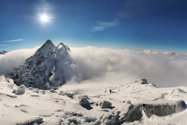 Alpinist klettert auf rysy berggipfel in der hohen tatra. slowakei. polen. hohe tatra