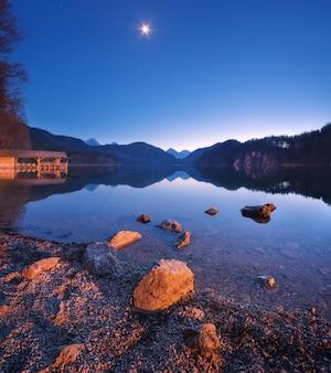 Alpsee see in deutschland nachts im frühjahr