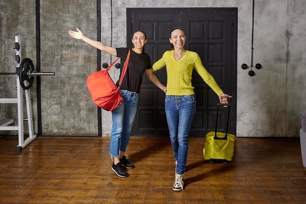 Als sie von der reise nach hause zurückkehrten, kamen zwei frauen nach dem urlaub in ihrer loft-wohnung an