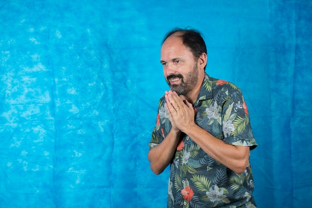 Als tourist verkleidete person mit bedrucktem hemd und gesichtsausdruck