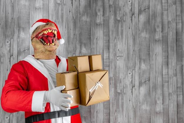 Als weihnachtsmann verkleideter dinosaurier mit geschenkpaketen