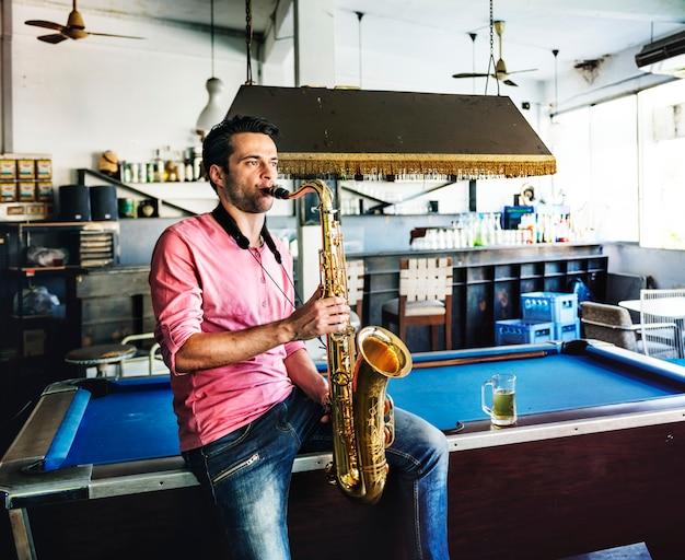 Alt-saxophon-künstler classical jazz musician sax concept