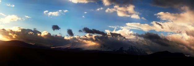 Altai ukok der sonnenuntergang über den bergen bei wolkigem kaltem wetter
