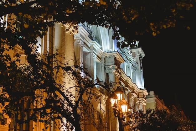 Altbau belichtet nachts mit scheinwerfern im rathausplatz von valencia.