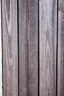 Alte abgenutzte wand, natürliche graue dielen in natürlichen rissen und reliefs. leer für ihr design