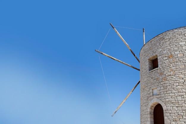 Alte alte windmühle der stadt korfu kerkyra und blauer himmel am sonnigen tag. urlaubskonzept im bezirk anemomilos, korfu, ionische inseln, griechenland. vintage windmühle auf der insel korfu. griechenland.