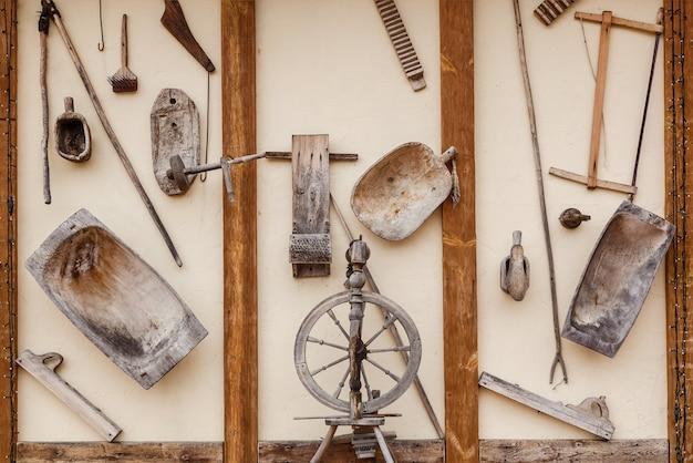 Alte antike haushaltsgegenstände aus holz wiegen als dekoration an der wand