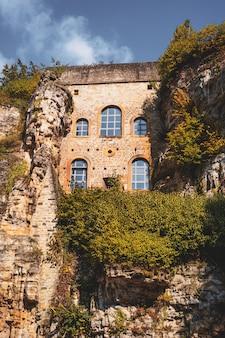 Alte architektur zwischen natürlichen felsen in der alten stadt luxemburg-stadt