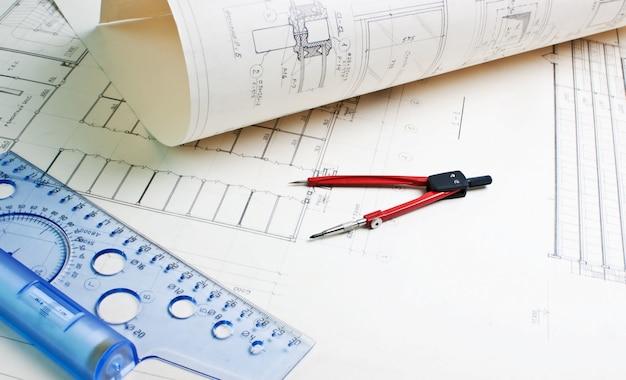Alte architekturzeichnung mit lineal und kompass