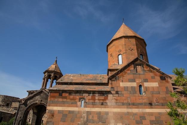Alte armenische christliche kirche aus stein in einem armenischen dorf