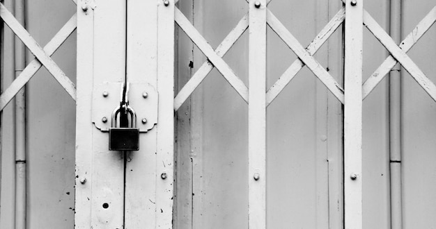 Alte art der geschlossenen stahltür mit schlüssel