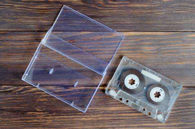 Alte audiokassette auf einem braunen hölzernen hintergrund
